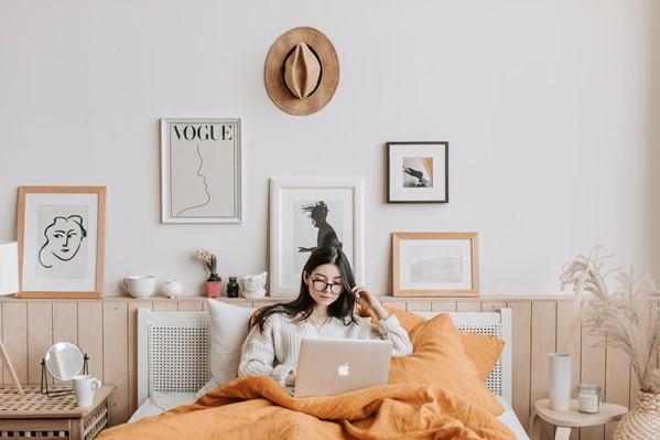 Girl in bed with macbook - via pexels