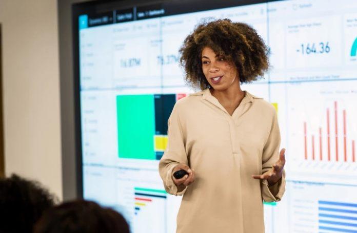 Data-Inights-Suplari-Announcement-Woman-Screen-Microsoft